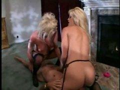 Lesbiennes blondes chevauchant sur une bite
