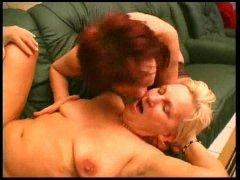 Trio sexuel pour deux lesbiennes rousse et blonde